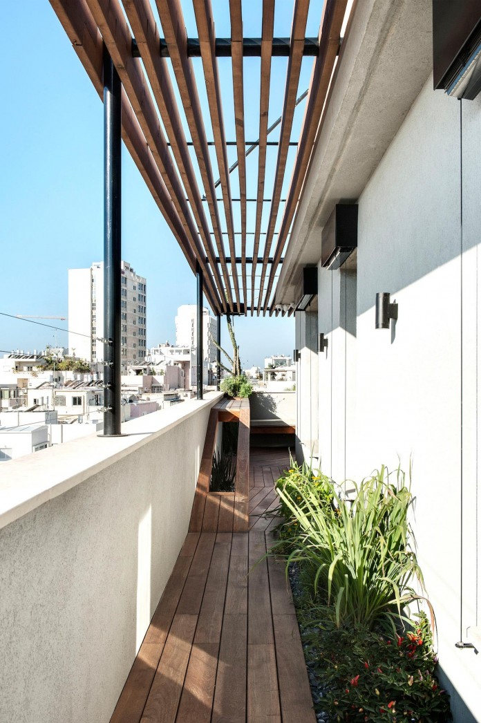 Wood-concrete-and-metal-creates-a-contemporary-yet-warm-living-space-of-a-Duplex-Penthouse-in-Tel-Aviv-by-Gabrielle-Toledano-25