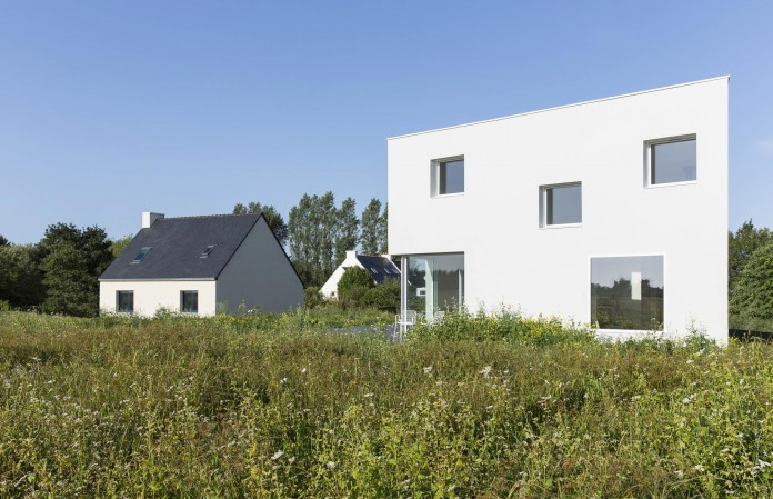 house-for-a-photographer-near-brittany-france-by-studio-razavi-architecture-02