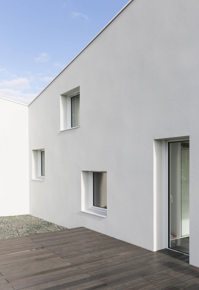 house-for-a-photographer-near-brittany-france-by-studio-razavi-architecture-03
