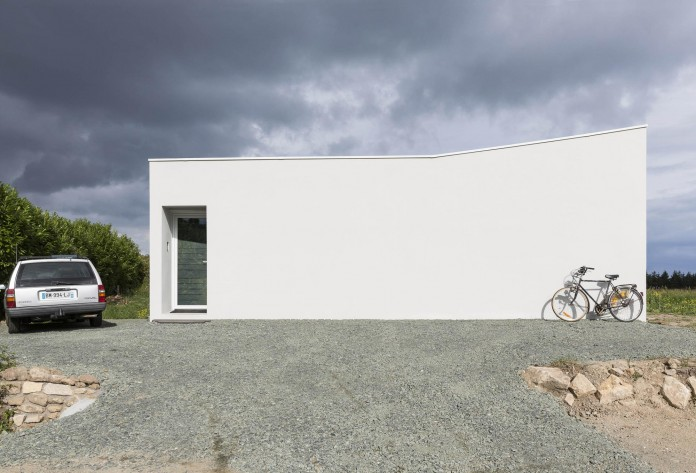 house-for-a-photographer-near-brittany-france-by-studio-razavi-architecture-05