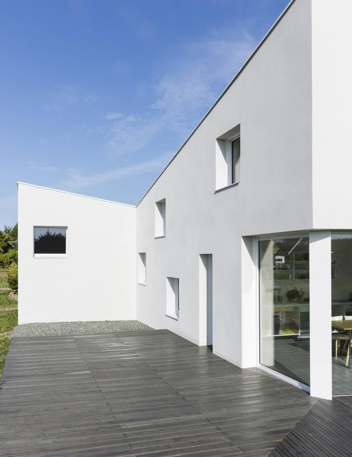 house-for-a-photographer-near-brittany-france-by-studio-razavi-architecture-07