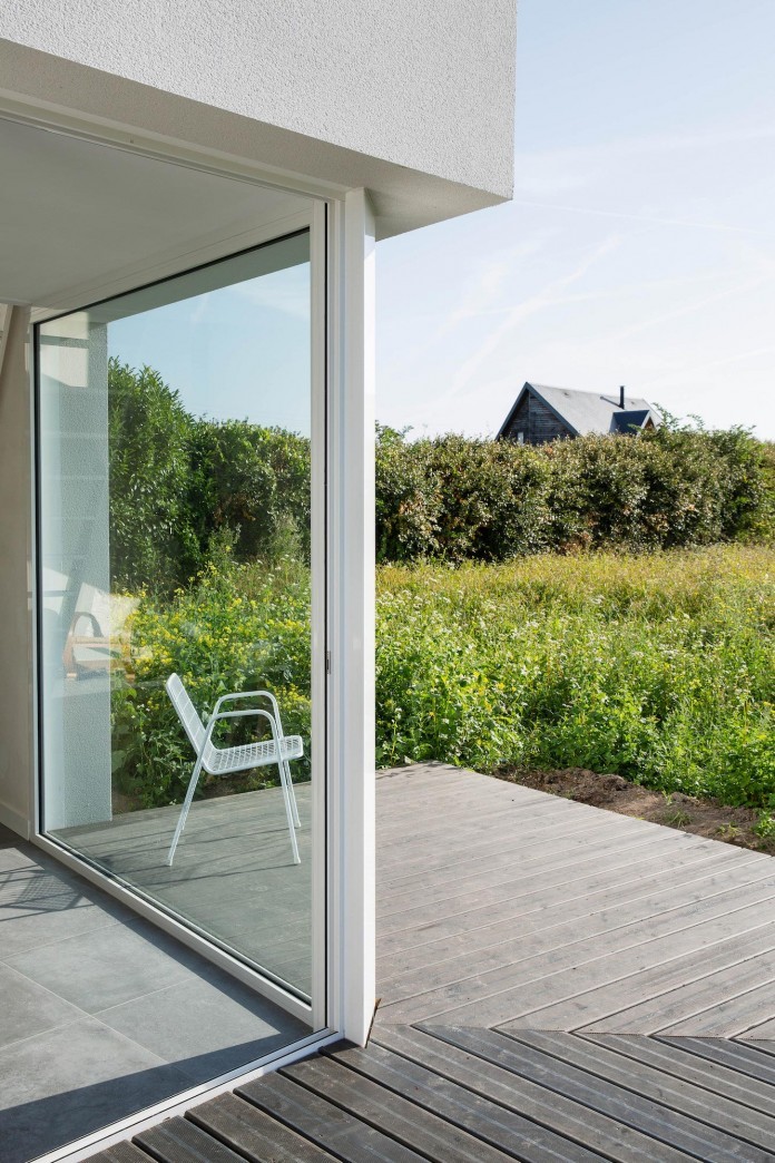 house-for-a-photographer-near-brittany-france-by-studio-razavi-architecture-09