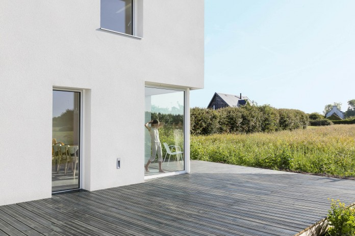 house-for-a-photographer-near-brittany-france-by-studio-razavi-architecture-10