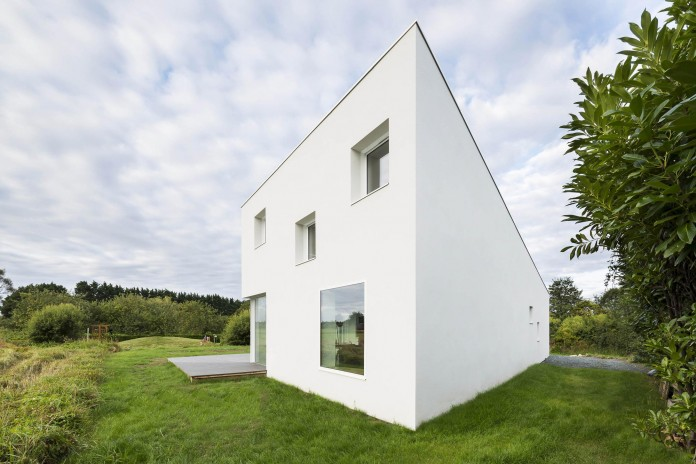 house-for-a-photographer-near-brittany-france-by-studio-razavi-architecture-11