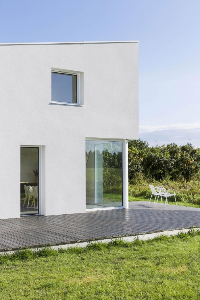 house-for-a-photographer-near-brittany-france-by-studio-razavi-architecture-12