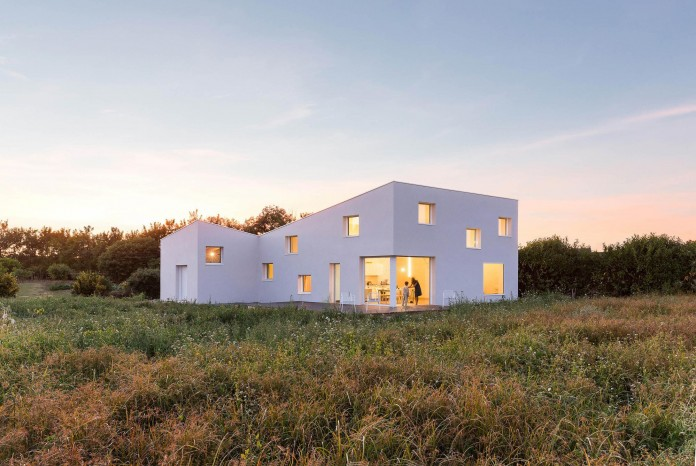 house-for-a-photographer-near-brittany-france-by-studio-razavi-architecture-28