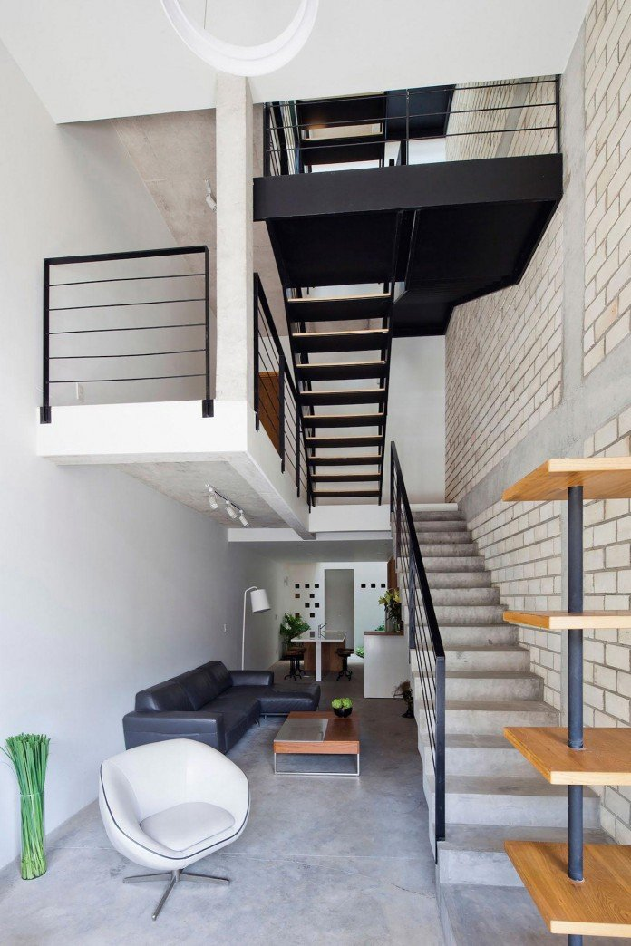 townhouse-with-a-folding-up-shutter-by-mm-architects-07