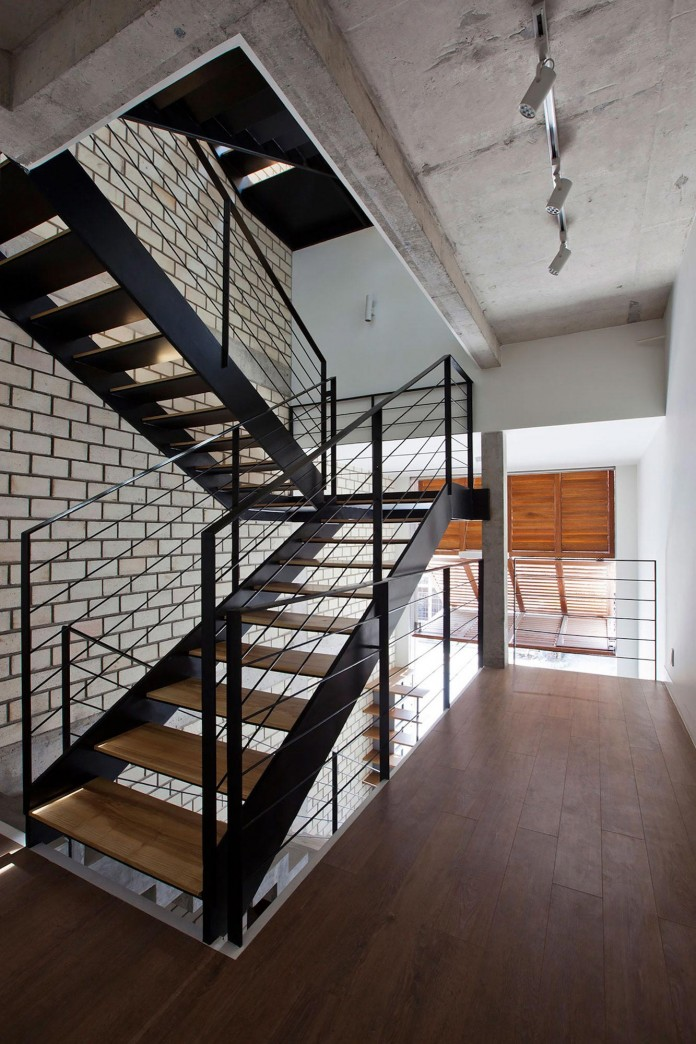 townhouse-with-a-folding-up-shutter-by-mm-architects-11