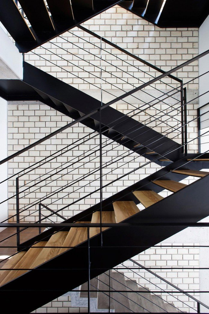 townhouse-with-a-folding-up-shutter-by-mm-architects-12