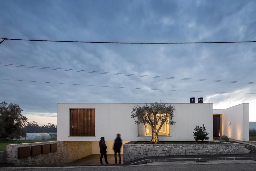Casa dos Claros family home with two stories by Contaminar Arquitectos