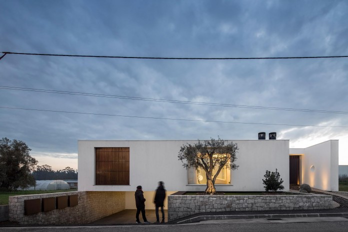 Casa-dos-Claros-family-home-with-two-stories-by-Contaminar-Arquitectos-01