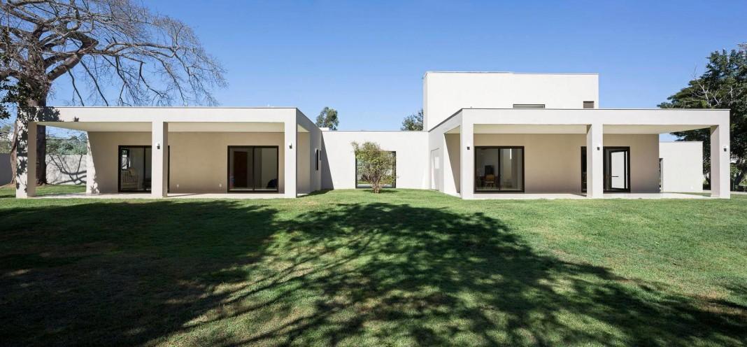 Contemporary Paineira House by Bloco Arquitetos