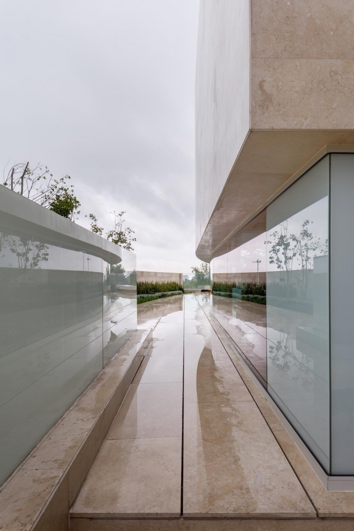 Country-Club-Residence-near-a-golf-course-by-Migdal-Arquitectos-01