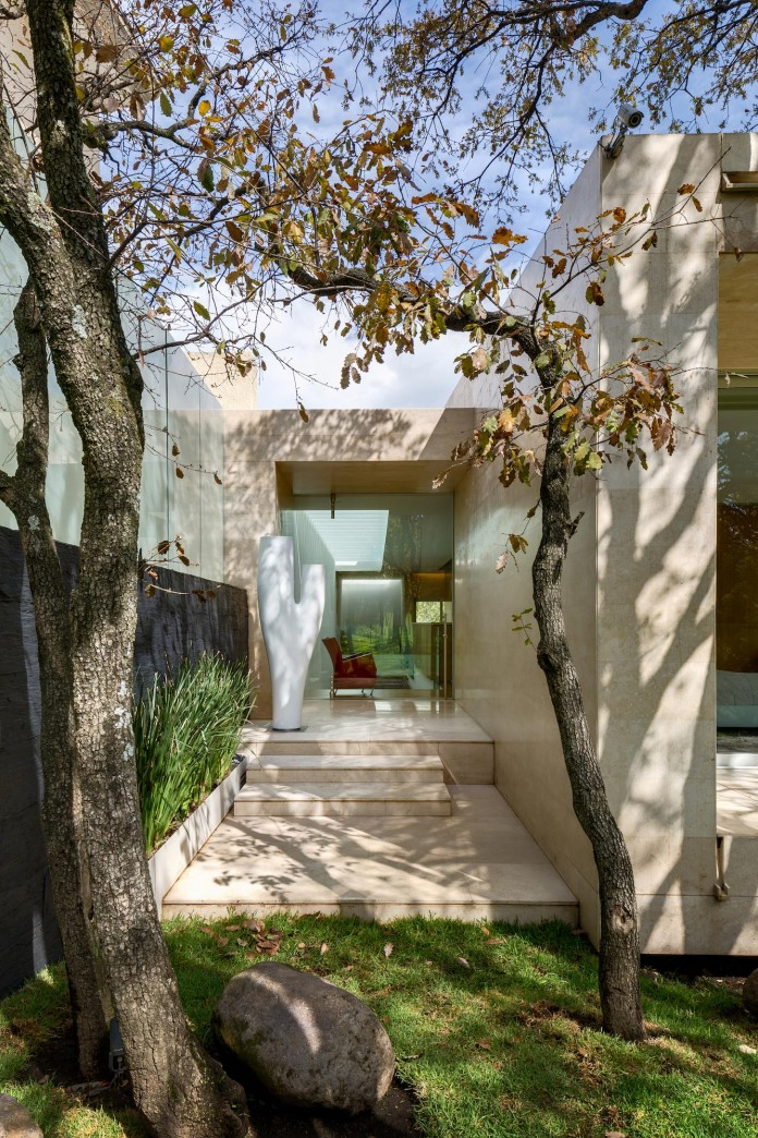 Country-Club-Residence-near-a-golf-course-by-Migdal-Arquitectos-02
