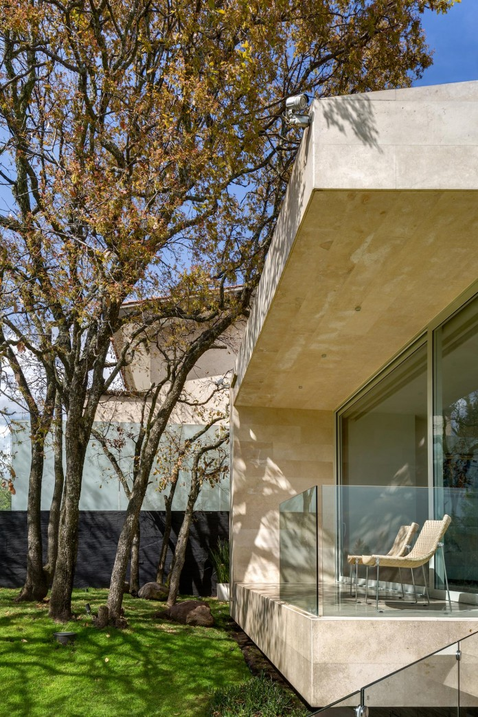 Country-Club-Residence-near-a-golf-course-by-Migdal-Arquitectos-03