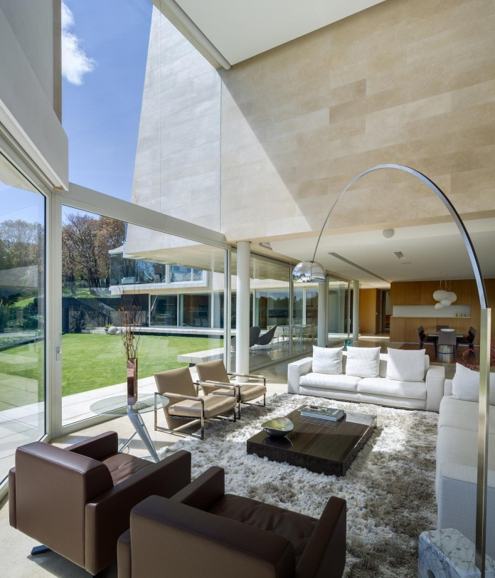 Country-Club-Residence-near-a-golf-course-by-Migdal-Arquitectos-07