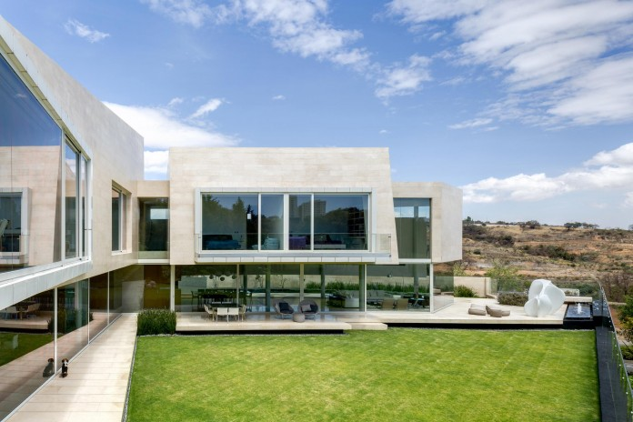 Country-Club-Residence-near-a-golf-course-by-Migdal-Arquitectos-11
