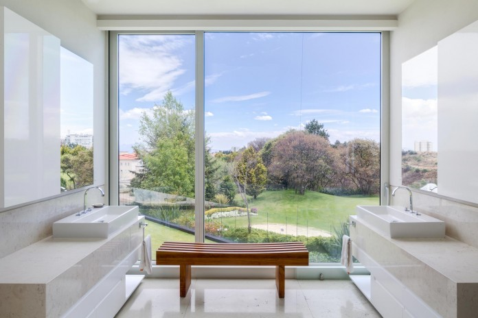 Country-Club-Residence-near-a-golf-course-by-Migdal-Arquitectos-12