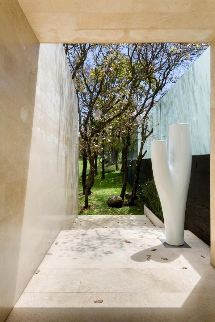Country-Club-Residence-near-a-golf-course-by-Migdal-Arquitectos-14