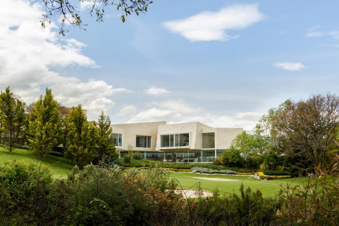Country-Club-Residence-near-a-golf-course-by-Migdal-Arquitectos-16