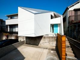 House in Nagoya by Atelier Tekuto