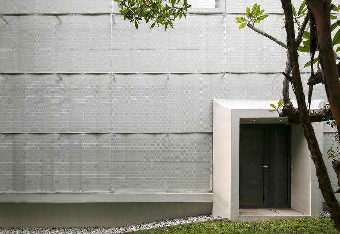 Hut-House-in-the-Holland-Village-neighbourhood-of-Singapore-covered-in-folded-aluminium-03