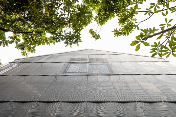 Hut-House-in-the-Holland-Village-neighbourhood-of-Singapore-covered-in-folded-aluminium-04