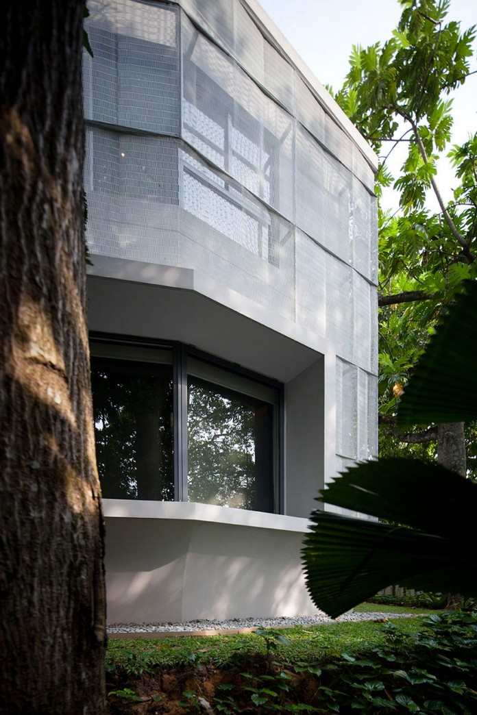 Hut-House-in-the-Holland-Village-neighbourhood-of-Singapore-covered-in-folded-aluminium-05