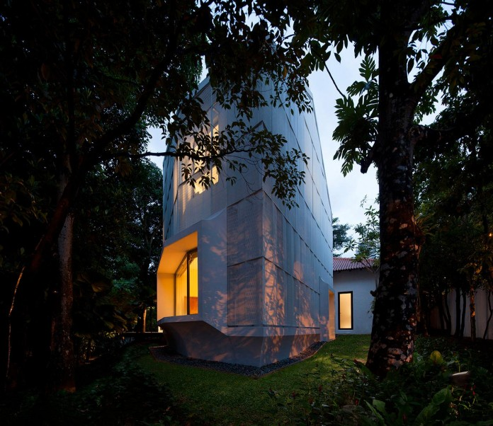 Hut-House-in-the-Holland-Village-neighbourhood-of-Singapore-covered-in-folded-aluminium-13