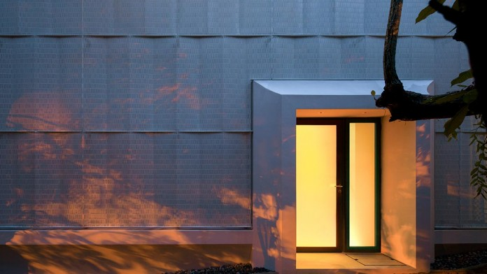 Hut-House-in-the-Holland-Village-neighbourhood-of-Singapore-covered-in-folded-aluminium-14