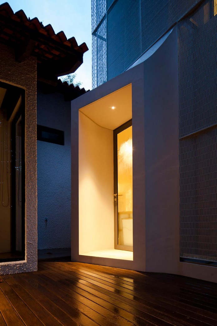 Hut-House-in-the-Holland-Village-neighbourhood-of-Singapore-covered-in-folded-aluminium-15