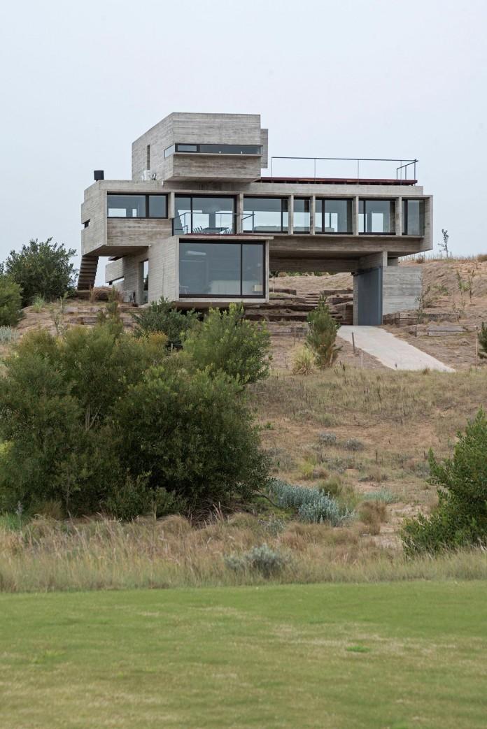 Modern-Concrete-Golf-House-by-Luciano-Kruk-Arquitectos-02