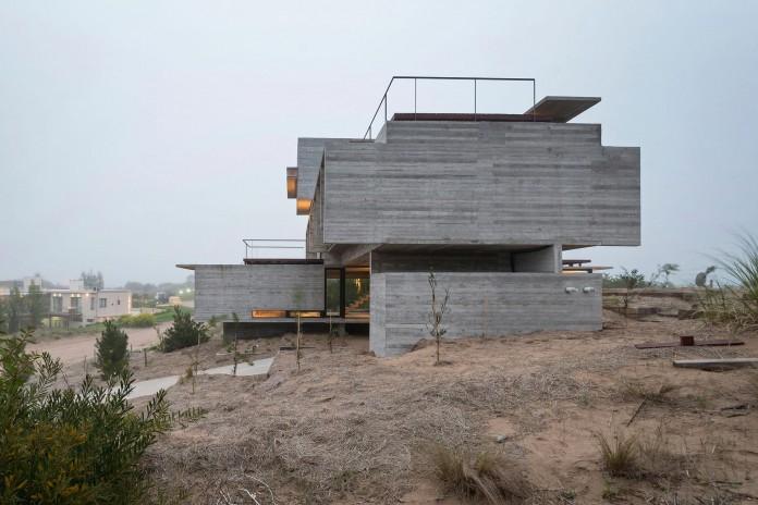 Modern-Concrete-Golf-House-by-Luciano-Kruk-Arquitectos-16