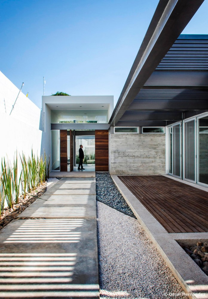 One-Story-Contemporary-TCH-House-by-Arkylab-05