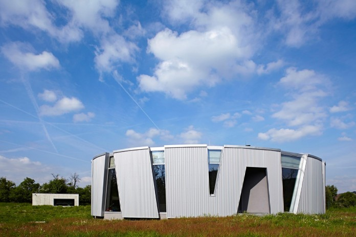 Ring-Shaped-Low-Energy-Family-Home-by-Caraa-01