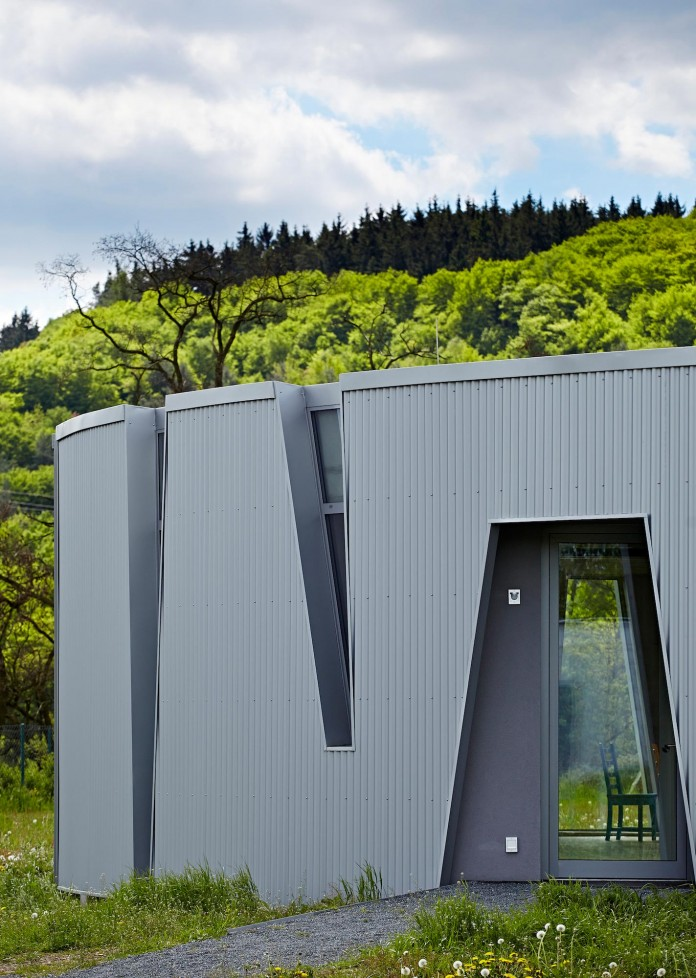Ring-Shaped-Low-Energy-Family-Home-by-Caraa-03
