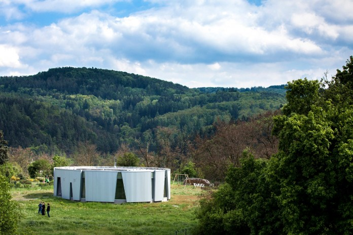 Ring-Shaped-Low-Energy-Family-Home-by-Caraa-04