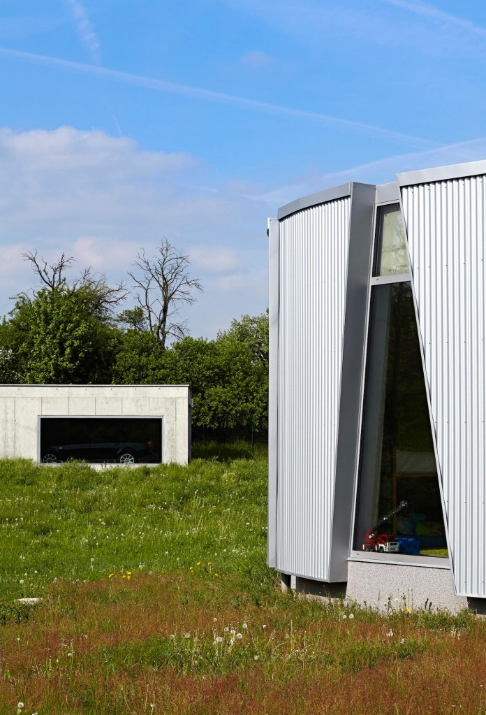 Ring-Shaped-Low-Energy-Family-Home-by-Caraa-06