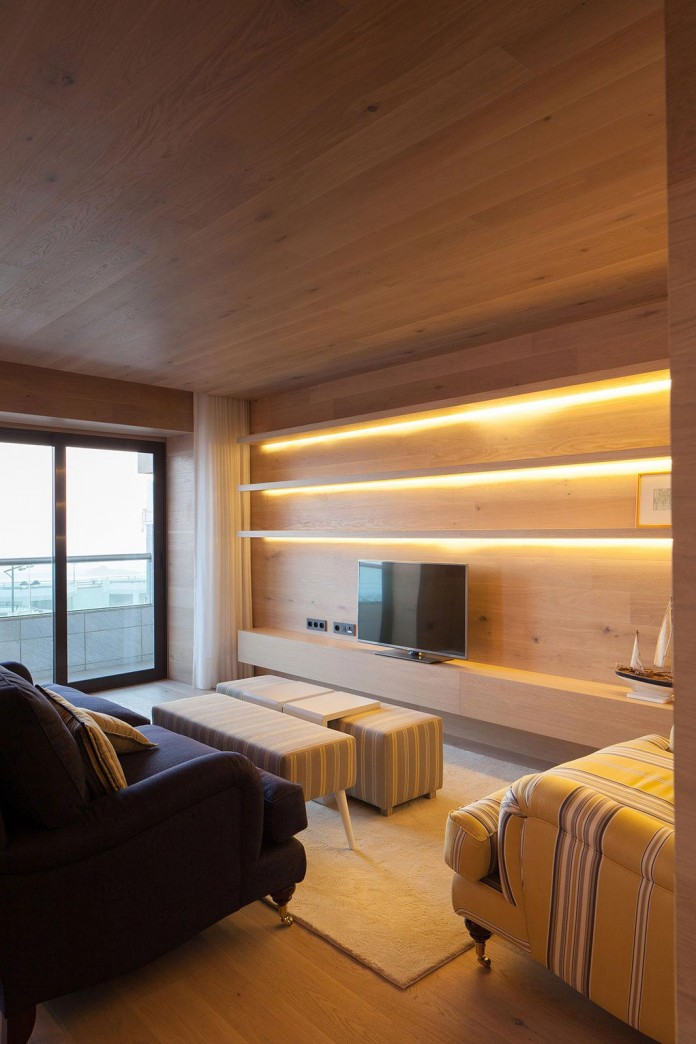 Seafront-Oak-Wood-Themed-Apartment-by-Pitagoras-Group-03