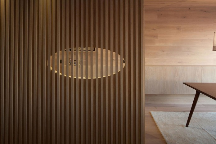 Seafront-Oak-Wood-Themed-Apartment-by-Pitagoras-Group-06