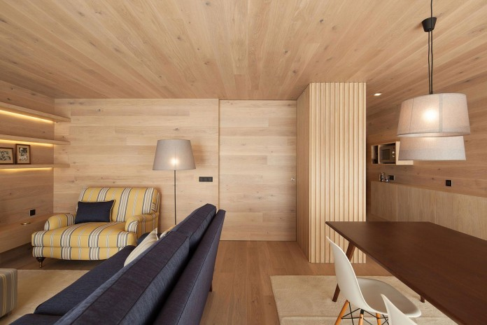 Seafront-Oak-Wood-Themed-Apartment-by-Pitagoras-Group-07