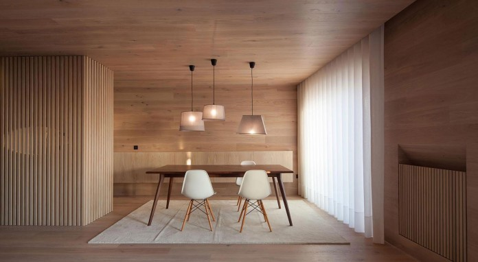 Seafront-Oak-Wood-Themed-Apartment-by-Pitagoras-Group-08