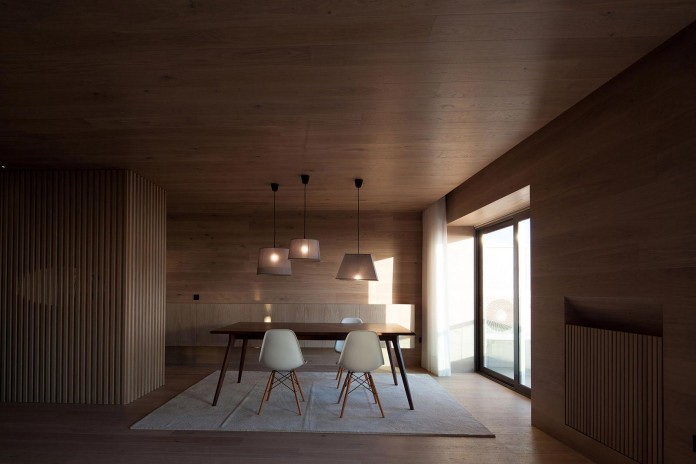 Seafront-Oak-Wood-Themed-Apartment-by-Pitagoras-Group-09