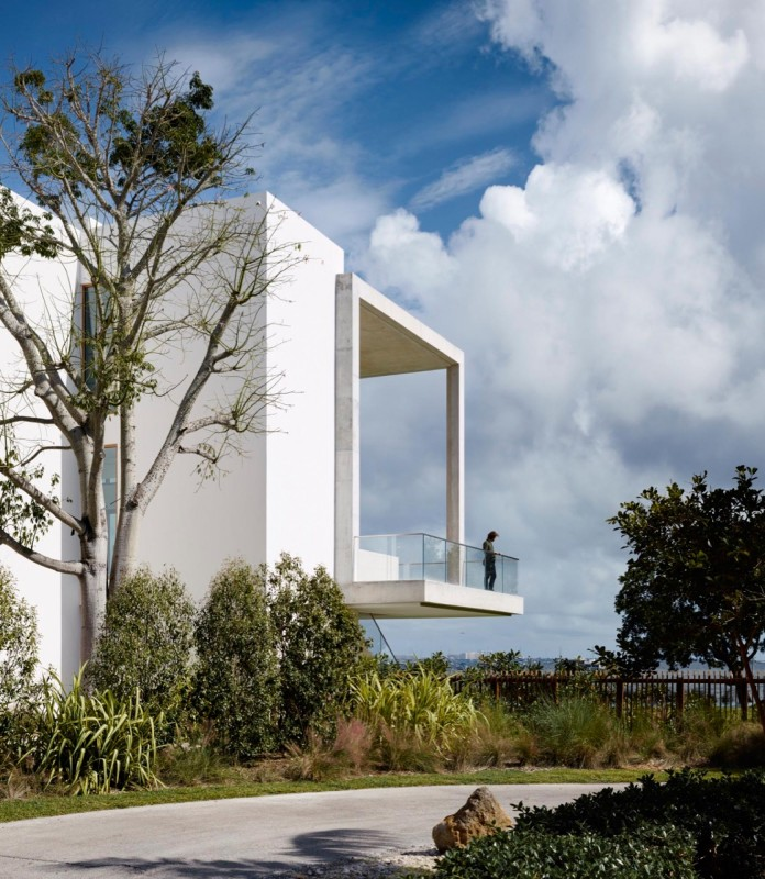 Tropical-Bahia-Villa-Retreat-in-the-Heart-of-Miami-by-Alejandro-Landes-04