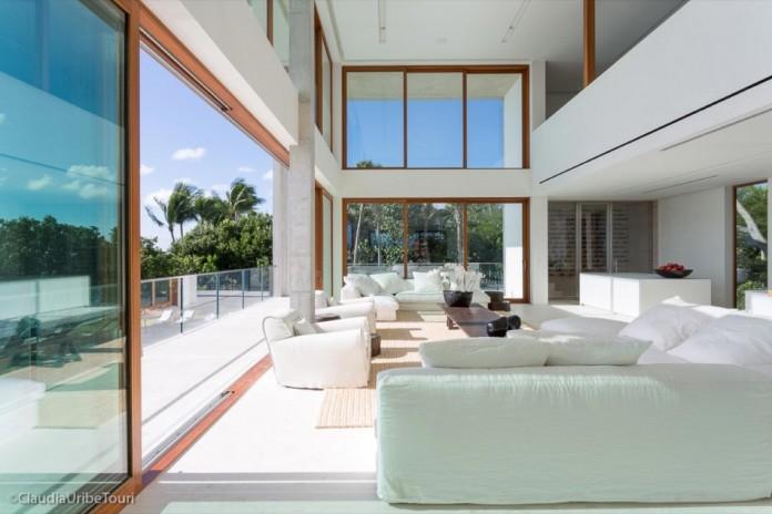 Tropical-Bahia-Villa-Retreat-in-the-Heart-of-Miami-by-Alejandro-Landes-14
