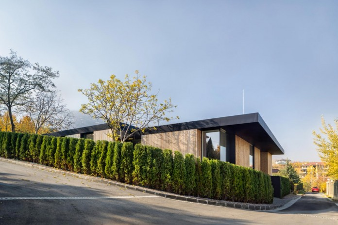 modern-pagoda-house-in-the-outskirts-of-sofia-by-io-architects-01