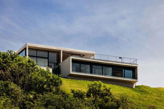 obra-arquitetos-designed-the-jj-hill-house-with-spectacular-views-over-amparo-sao-paulo-01