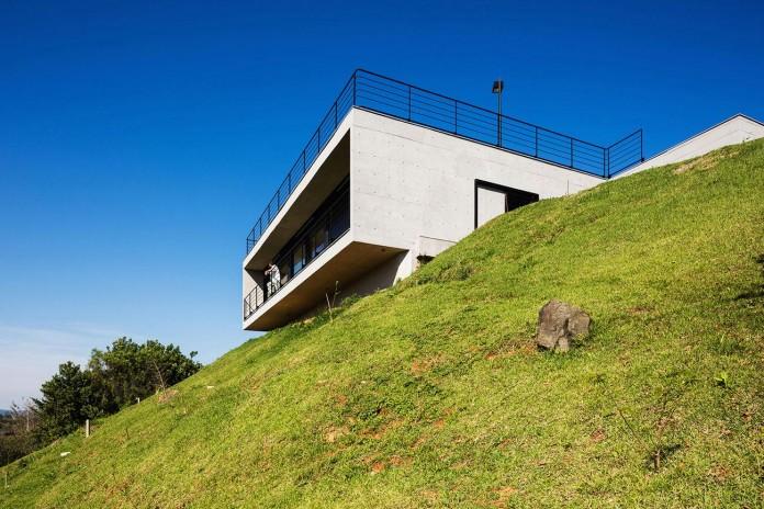 obra-arquitetos-designed-the-jj-hill-house-with-spectacular-views-over-amparo-sao-paulo-02