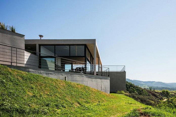 obra-arquitetos-designed-the-jj-hill-house-with-spectacular-views-over-amparo-sao-paulo-03