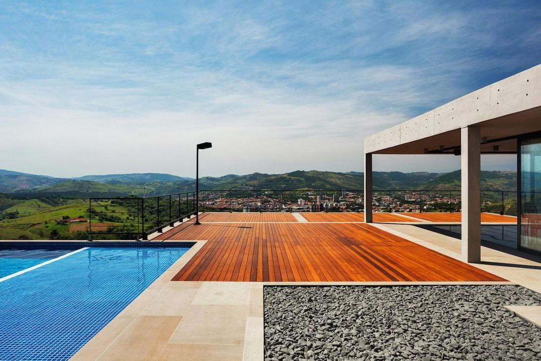 Obra Arquitetos designed the JJ Hill House with spectacular views over Amparo, São Paulo
